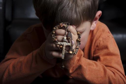 dziecko modlące się